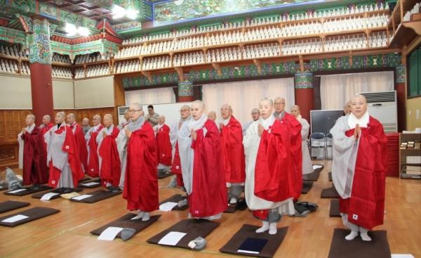 지난 12월 15일 한국불교전통문화전승관 3층 대불보전에서 전국비구니회 총회가 열렸고, 총회 후에는 연수교육이 실시됐다.