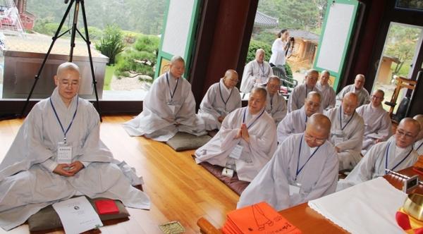 지난해 9월 27일 이천 화계사에서 열린 전국비구니회 추계 연수교육에서 참선하고 있는 비구니스님들.