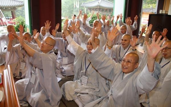 지난해 9월 27일 화계사에서 열린 전국비구니회 추계연수교육에서 '자비명상' 대표 마가스님의 강의 중 '일체유심조' 설명에 열렬히 호응하고 있는 비구니스님들.