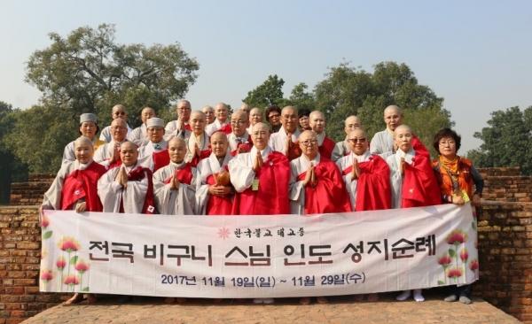 회장 법정스님을 비롯 전국비구니회원들이 11월 19~ 29일 '부처님 8대성지'를 순례중 쉬라바스티 제따와나(기원정사)에서 기념 촬영했다.