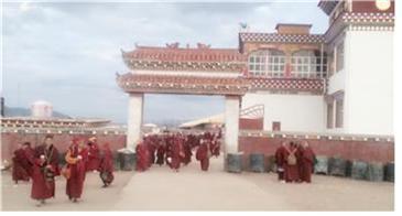 동 티베트의 오지인 4천m의 고원에 위치한 야칭스의 비구니 사원대학.