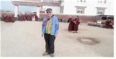 야칭스에서 필자, 뒤로는 티베트 여승들이 수업을 마치고 정문을 걸어 나오고 있다.
