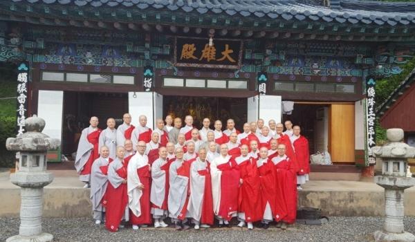 울산 보덕사 비구니강원을 방문하고 기념촬영한 전국비구니회 스님들.