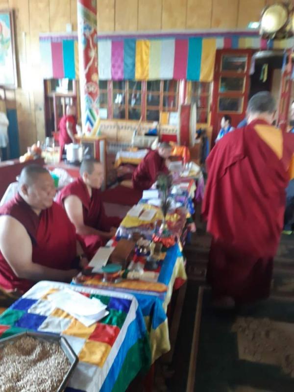 러시아 불교 라마들이 사시예불을 드리는ìž¥ë©´
