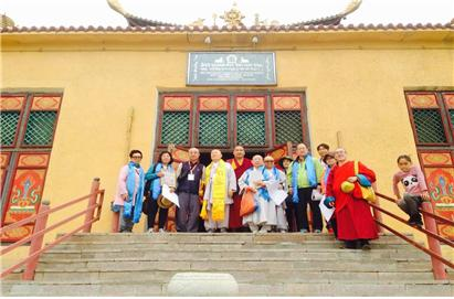 간단사원 칼라차크라 탄트릭센터 소장 다블라 라마와 함께 기념촬영.다블라 라마는 공산치하 이전의 라마승들로부터 만다라제작기법을 전수받았다.