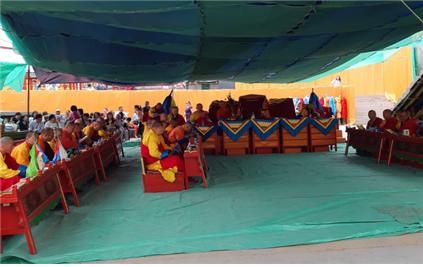 몽골의 라마승들이 미륵대불 점안낙성법회를 앞두고 독송을 하고 있다.