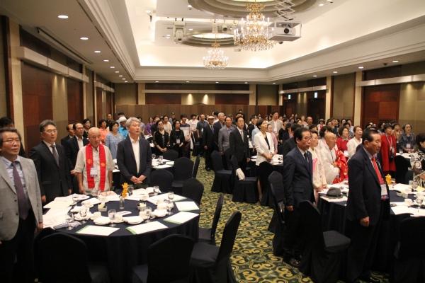 종교평화세미나에 참석한 200여명의 각 종교대표자들이 애국가를 제창하고 있다.