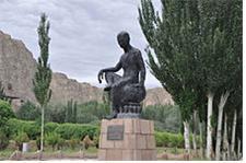 중국 신강성 쿠차의 키질 석굴 입구의 광장에 세워진 쿠마라지바의 동상.