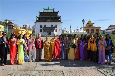 편백운 총무원장스님과 원응 동방불교대학 총장이 베트남 불교 대표 틱 낫 투 스님 신도들과 몽골 제1의 총림사원 간단사에서 기념촬영