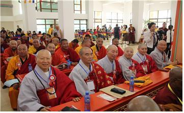 한국불교대표로 참가한 청보스님(총무원 기획실장), 혜암스님(총무부장)이 회의장에앉아있다.