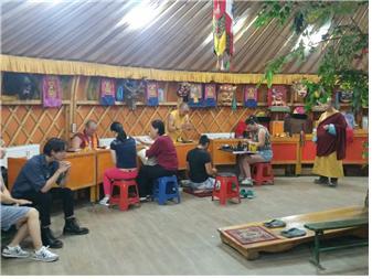 몽골 불자들이 사원에 와서 신앙 상담을 하고 있다.