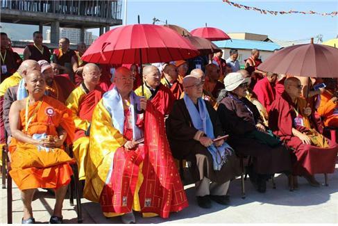 편백운 총무원장스님이 아시아불교평화회의 개회식이 열리기전 식전행사에서 몽골라마들과 몽골불교 승무를 관람하고 있다.