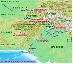 인도 북부 힌두쿠시산맥과 파미르고원 사이의 평야지대가 그리스 식민도시 알렉산드리아가 있었다.