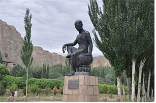 중국 신강성 쿠차 키질 동굴 입구에 있는 구마라습(쿠마라지바) 동상.