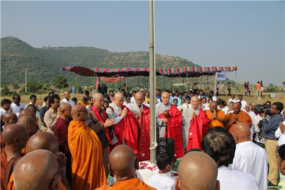 담마찰 불교타운 불교기 게양 의식에 참석한 한국불교 대표단.