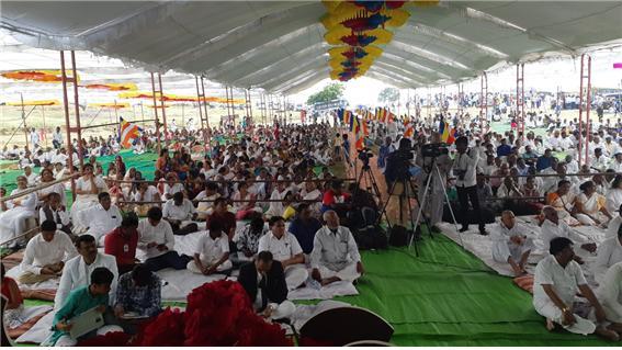 인도 전역에서 온 불자들이 편백운 총무원장스님의 법어 대독을 경청하고 있다.