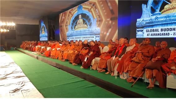 국제불교총회에서 참석한 세계각국불교대표단과 인도불교지도자 스님들이 단상에 앉아 있다.