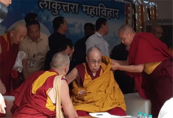 """티베트불교의 정신적 지도자 달라이 라마는 11월 23일 오전 오랑가바드 태국사원 로쿠타라 비구연수원에서 300여명의 비구들에게 """"인도불교의 부흥은 인도스님들에게 달려 있다""""고 강조하고 있다. 24일에는 체육대학 운동장에서 10만 불자들을 대상으로 설법할 예정이다."""