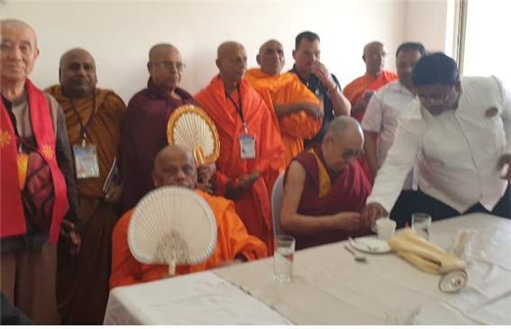 동방불교대학 총장 원응 스님은 달라이 라마와 함께 점심공양을 하고 한국불자들의 성원과 존경의 뜻을 표했다.