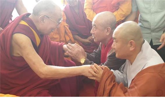 1990년대부터 한국초청을 추진했던 원응스님(이치란 박사)을 알아보고 반갑게 손을 맞잡고 있다. 원응 스님은 ,90년대 인도 다람살라에 주석하고 있는 달라이 라마 성하를 세 차례 방문 친견하고 방한을 추진한 바 있다. 또한 만해평화상을 수상하도록 역할을 했으며, '만해평화상수상론'을 집필한 바 있다.