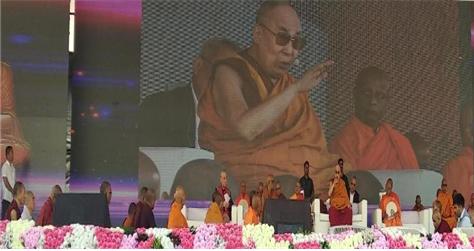 티베트 불교의 정신적 지도자 달라이 라마가 인도 오랑가바드 체육교육대학 운동장에 운집한 10만 불자들에게 설법하고 있다. 동방불교대학 총장 원응 스님도 단상에 동석했으며, 원응 스님은 편백운 총무원장스님의 축하 메시지를 전달했다.