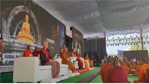 달라이 라마 설법 단상에 초대된 원응 스님. 이 자리에는 스리랑카 마하 나야카(종정)인도불교비구승가회장(종정) 스님이 동석했다.