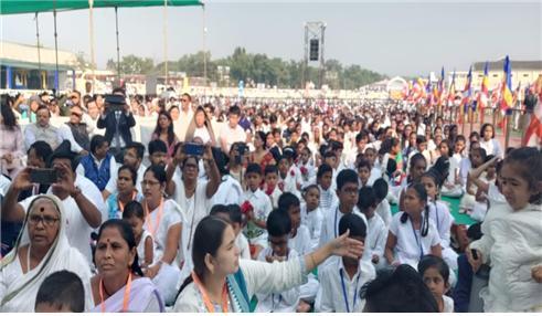 달라이 라마의 설법을 듣기 위하여 모여든 인도불자들이 진지한 표정으로 설법을경청하고 있다.