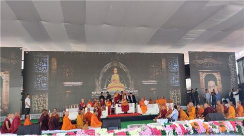 달라이 라마가 지난 11월 24일 인도 오랑가바드 체육교육대학 운동장에 모인 10만 군중에게 설법하고 있다. 동방불교대학 총장 원응 스님도 동석했다.