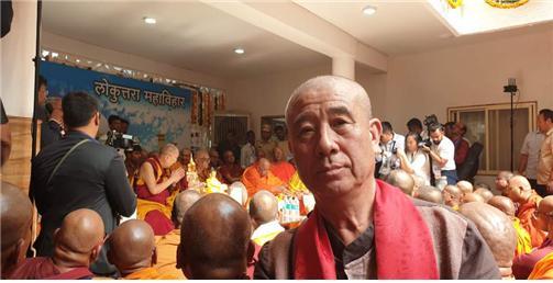 달라이 라마가 오랑가바드 태국사원 비구연수원에서 특강을 하고 있다.