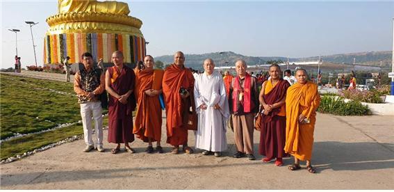 인도 아잔타 태국사원에서 각 부파 스님들과 기념촬영