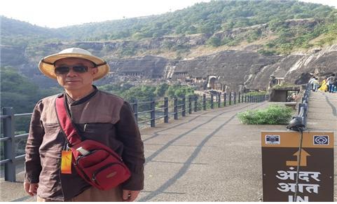 아잔타 석굴 앞에서, 출가사문들이 동굴 사원에서 수행에만 몰두했던 불교사원 유적.