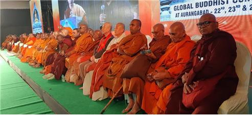 남방 상좌부(인도) 불교 비구들과 섞여서 앉아 있는 대승불교(한국) 승려들.