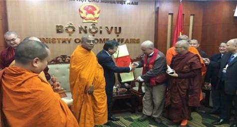 동방불교대학 총장 원응스님은 12월 13일 베트남 정부 내무부를 방문, 응우엔 트롱 투아 부장관에게 편백운 총무원장스님의 선물을 증정하고 있다.