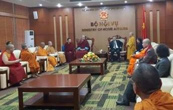 아시아불교평화회의 소속 10개국 대표들이 베트남 정부 내무부를 방문, 아시아의 평화와불교발전에 대한 논의를 하고 있다. 베트남불교대학 부총장 틱 낫 투 스님이 각국 대표를 소개하고 있다.