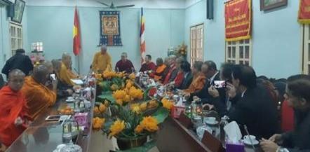 아시아불교평화회의 소속 불교대표들이 국립 베트남 불교 승가회 하노이 본부를 방문,아시아의 평화와 번영, 불교교류에 대한 의견을 교환하고 있다.