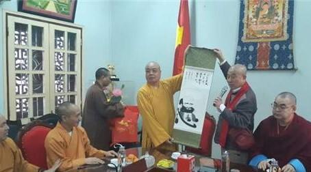 한국불교대표 원응스님이 정선스님(태고종 부원장)의 달마도를 선문하고 있다. 달마대사는중국에 가기 전에 베트남 중부 참파와 하노이를 경유하여 광주에 간 것으로 알려지고 있다.