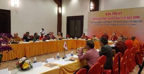 12월 14일 오후에는 아시아불교평화회의 이사회가 같은 장소에서 개최됐다. 원응스님이 편백운 총무원장(아시아불교평화회의 고문)스님의 축하 메시지를 낭독하고 있다.