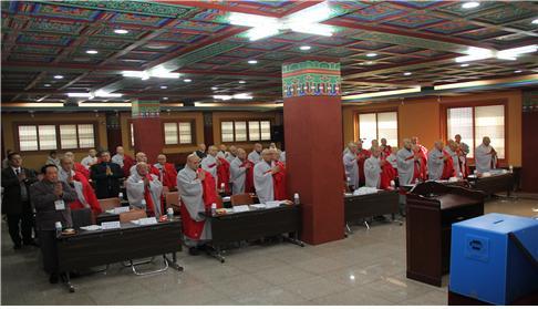 제15대 중앙종회의원들이 참석한 개원종회에서 삼귀의례와 반야심경을 봉독하고 있다.